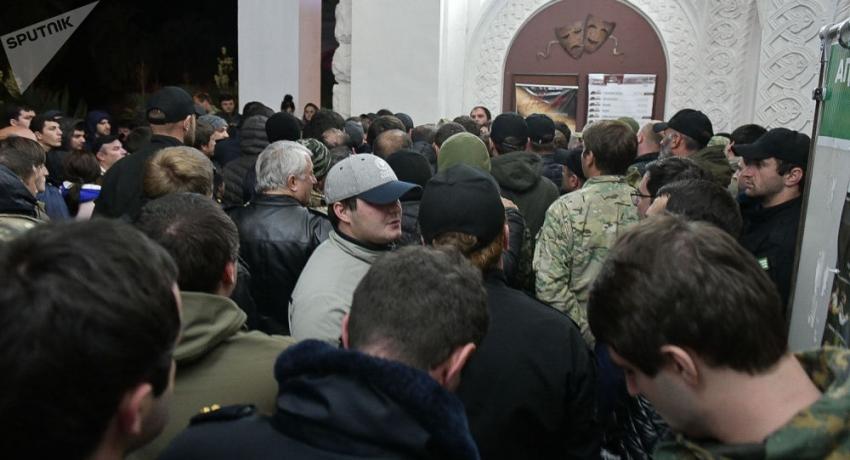 Труппа Молодежного театра пыталась силой войти в Абхазский драмтеатр