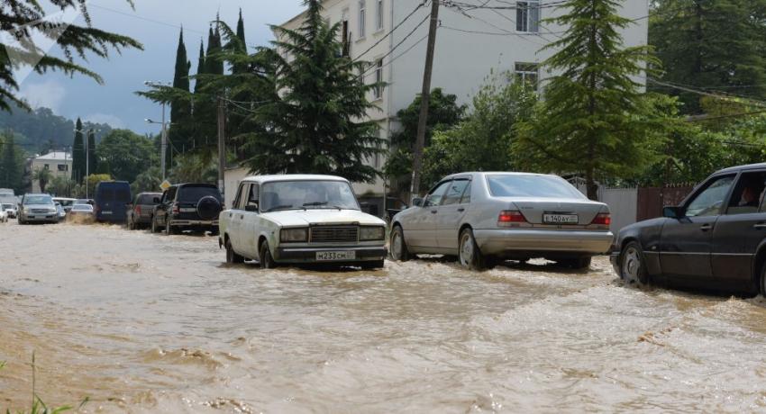 Эвакуация и затопления: в Абхазии прошел сильный ливень