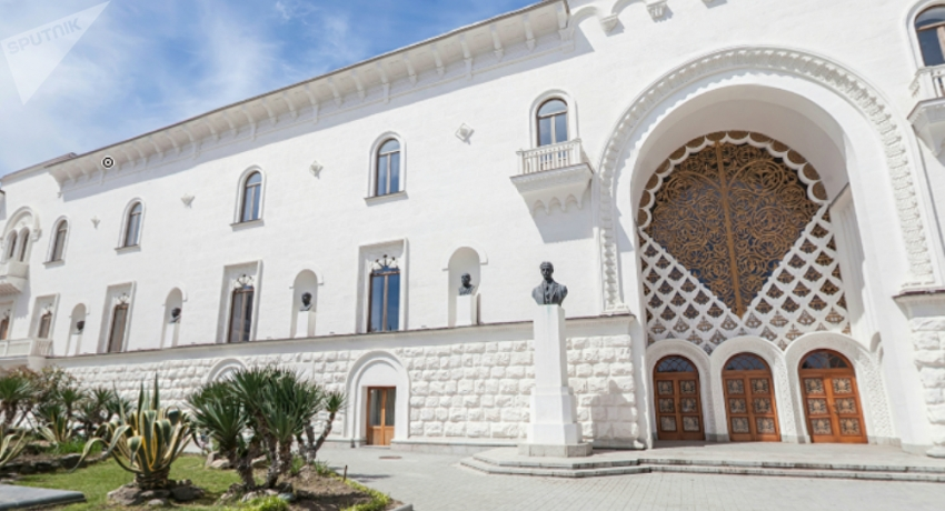 """""""Культурный вандализм"""": запрет на свадебные фотосессии в Абхазском драмтеатре"""