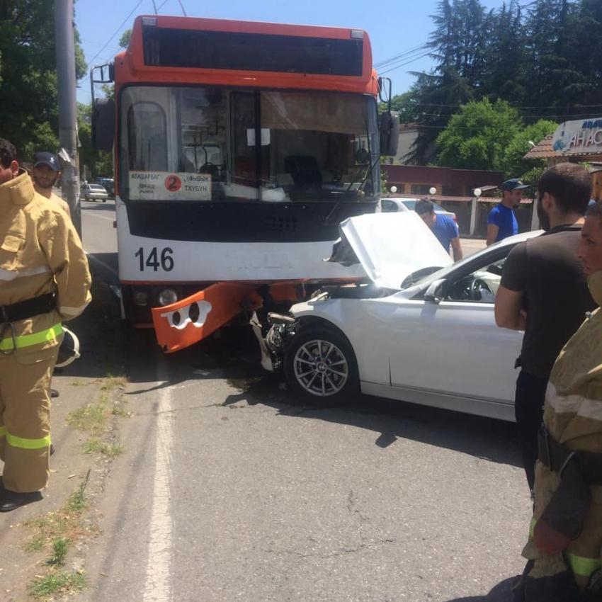 В Сухуме автомобиль «BMW» столкнулся с городским троллейбусом