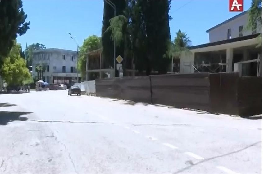Ведется ремонт Дворца молодежи в городе Новый Афон