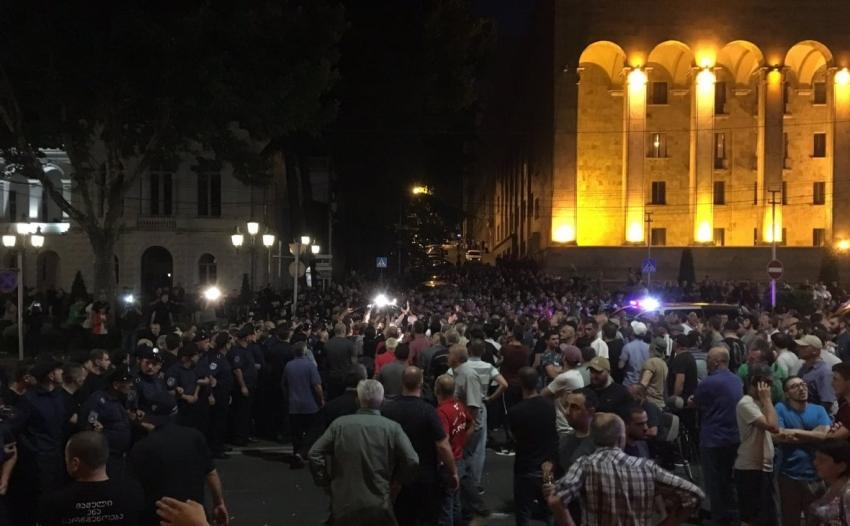 Столкновения произошли между участникам разных акций протеста в Тбилиси