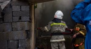 Пожар произошел в автосервисе в Сухуме, сгорели две машины