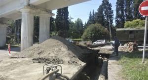 """""""Водоканал"""" провел ремонтные работы одновременно на трех улицах Сухума"""