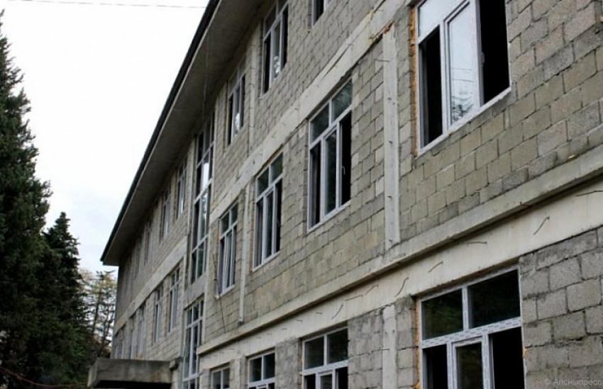 Президент осмотрел строительство Гагрской школы №1