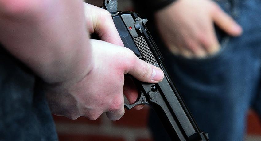 В Сухуме из припаркованного автомобиля похищены денежные средства и пистолет