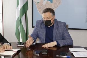 Беслан Эшба приостановил обрезку деревьев в Сухуме и потребовал от коммунальных служб чистоты и порядка
