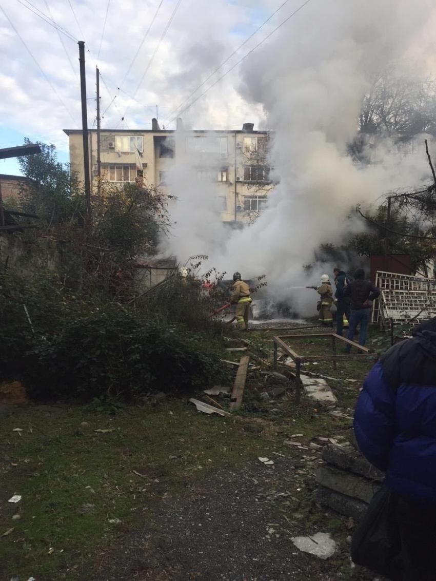 Автомобиль сгорел в центре Сухума