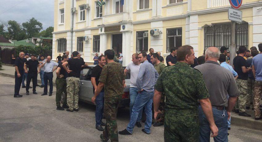 Сотрудники МВД собрались у здания Генпрокуратуры Абхазии